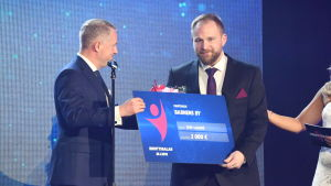 Erik Lundell tar emot pris på finlandssvenska idrottsgalan 2020.