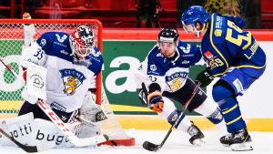 Frans Tuohimaa räddar ett skott från en svensk spelare.