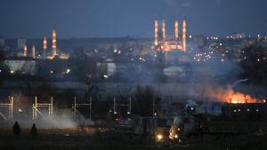 Eldar, tårgas och rök vid gränsen mellan Turkiet och Grekland.