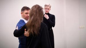 Mikael Hagelstam dansar med Eva-Maria Kesner i Tallinn. Dansstudions ägare Ivo Kappet följer med.