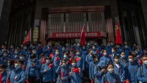 Kinesisk sjukvårdspersonal avtackas under en ceremoni innan de reser från Wuhan. 6.4.2020