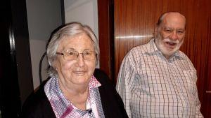 Så fort pensionärerna Jacqueline Minoret och Alain Jacquet öppnat dörren till sin lilla etta, bjuder de på ett glas vatten.