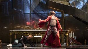 Don Giovanni (Tuomas Pursio) aamutakki auki ja viinilasi kädessä oopperassa Don Giovanni