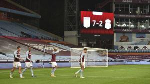 Aston Villa firar mål mot Liverpool. Det står 7-2 på tavlan.