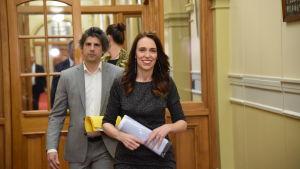 Premiärminister Ardern och hennes stabschef Raj Nahna fotograferades i det nyzeeländska parlamentet i Wellington den 20 oktober, efter att Ardern vunnit en jordkredsseger i valet.