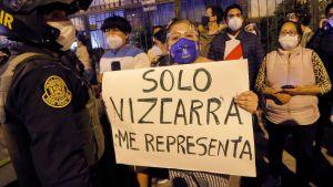 """Perus förra president Martin Vizcarra var populär. Här ett plakat med texten """"Bara Vizcarra representerar mig"""". Lima 9.11.2020"""