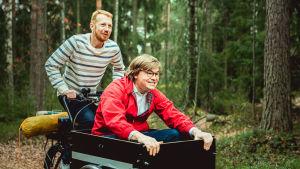 Joni och Elias cyklar med en lådcykel där Elias sitter i passagerarlådan.