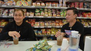 Kiên Pham och Duong The- Vinh dricker iskaffe på café.