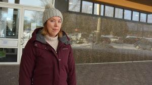 Sara Ingman vid stadshuset i Pargas.