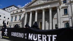 """""""Dödens regering"""" står det på de plakat som bärs av motståndare till eutanasi"""