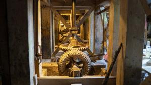 Gamla rostiga maskiner som använts i gamla kvarnar. Ser ut som superstora kugghjul.
