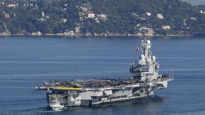 Hangarfartyget Charles de-Gaulle lämnar hamnen i Toulon, Frankrike