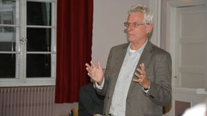 Den svenska vargforskaren Olof Liberg håller ett föredrag.