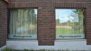 Begravningsbyrås skyltfönster i Pyttis.
