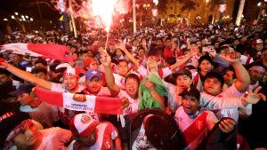 Folkfest i Lima efter Perus seger.