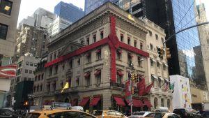 Hela huset inpaketerat med röda band pga julen, New York