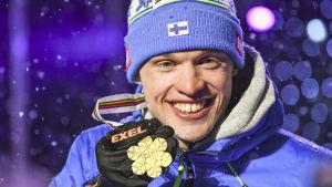 Iivo Niskanen med VM-guldet 2017.