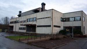 Fyrkantig grå byggnad.