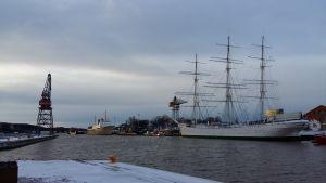 Lyftkranar och två gamla båtar; Bore och Suomen Joutsen, i ett vintrigt Åbo.