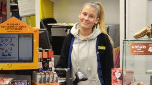 Kioskförsäljaren Ella Korhonen.