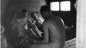 Män badar bastu år 1941.