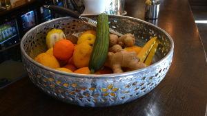 Fruktskål med citrus och grönsaker.