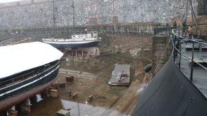 Torrdockan vid Sveaborg som är tom på vatten.