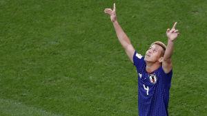 Keisuke Honda sträcker armarna i luften