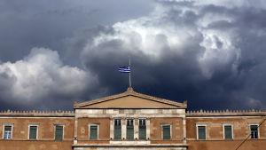 Rökmoln från markbränderna utanför Aten fyller himlen ovanför parlamentsbyggnaden