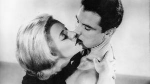 Kelly (Constance Towers) ja J. L. Grant (Michael Dante) syleilevät Samuel Fullerin elokuvassa Alaston suudelma