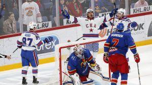 Nail Jakupov jublar efter ett mål mot Jokerit