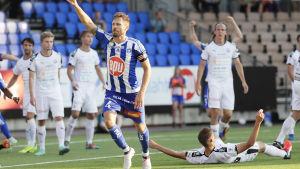 HJK:s Hannu Patronen firar mål mot TPS.