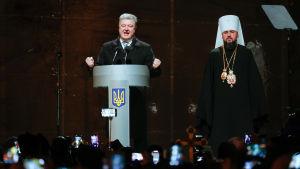 Ukrainas president Porosjenko utlyser den ukrainska kyrkan självständig.
