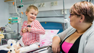 Pieni potilas Jamilla ja hänen äitinsä