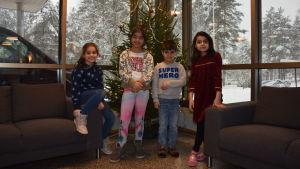 Fyra barn framför en julgran Rahmah Al-Hadeehti Mallak Al-Hadeehti Odai Al-Hadeehti, Yara Qader