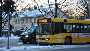 En buss står i trafikljus.