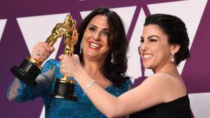 Rayka Zehtabchi och Melissa Berton poserar med sina Oscarsstatyetter.