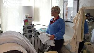 kvinna i behandlingsrum
