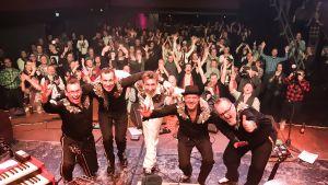 Gruppen Fatboy poserar framför publiken på rockklubben Tavastia.