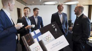 Toni Ahva, Mikko Salonen, Janne Leskinen, Tapio Korjus och Sampo Terho på plats när OS-utredningen presenterades i Helsingfors.