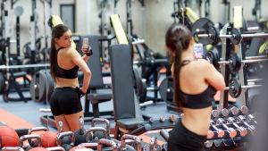 ung flicka tar en selfie på sig själv på gymmet