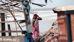 En indisk kvinna bygger upp sitt matstånd vid en strand i Digha, Västbengalen efter att stormen bedarrat.