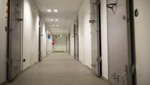 tutkintavankilan käytävä ja sellien ovia