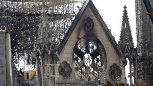 På bilden syns en del av Notre-Dame kyrkan som skadats i branden