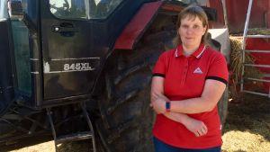 Sonja Ek-Johansson vid traktorn.