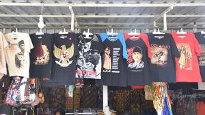 En rad t-skjortor hänger bredvid varandra. De ha alla olika motiv med Sukarno på.