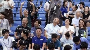Publik i Tokyo testar på att bli avsvalkade av snökanoner.