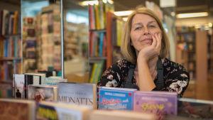 kvinna i bokhandel