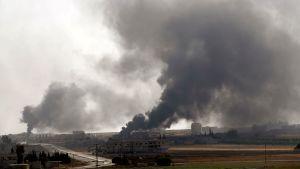 Rök stiger upp från staden Tel Abyad i nordöstra Syrien.