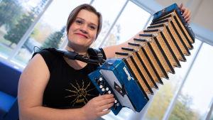 Anne-Mari Kivimäki soittaa notkaa